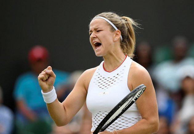 Česká tenistka Karolína Muchová během českého derby ve Wimbledonu.