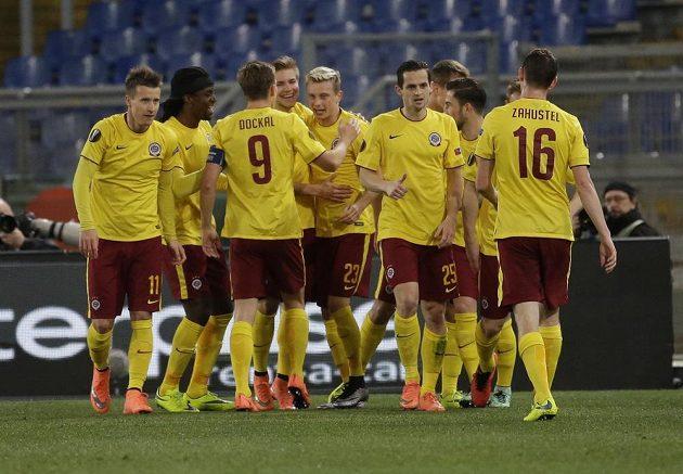 Obrovská radost fotbalistů Sparty po druhém gólu do sítě Lazia Řím. Uprostřed střelec Ladislav Krejčí.