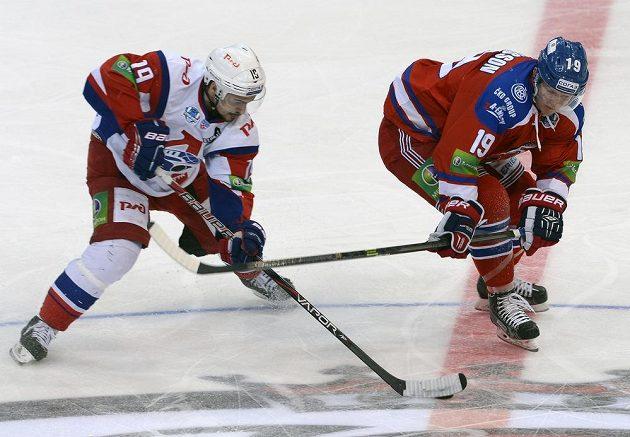 Patrik Zackrisson (vpravo) ze Lva a Mikelis Redlihs z Lokomotivu Jaroslavl ve druhém semifinálovém duelu play off KHL.