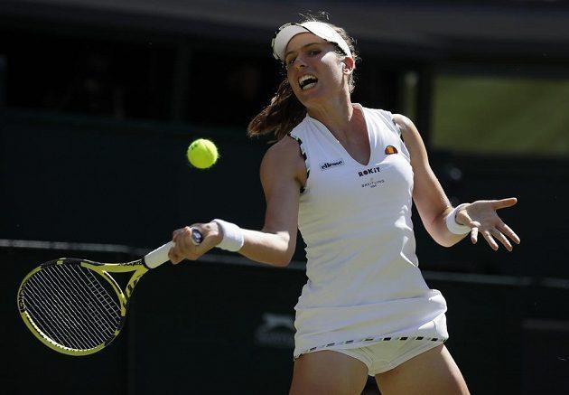 Britská tenistka Johanna Kontaová odehrává míč v utkání druhého kola Wimbledonu.