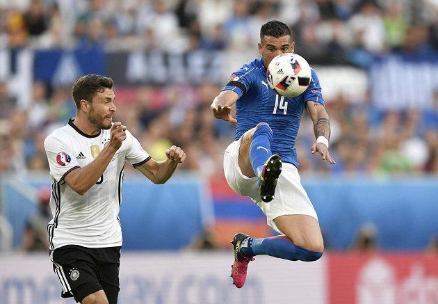 Ital Stefano Sturaro (vpravo) zpracovává míč před Jonasem Hectorem z Německa.