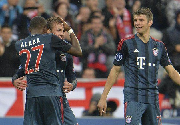 David Alaba a Thomas Müller (vpravo) gratulují Mariovi Götzemu ke gólu proti Plzni.