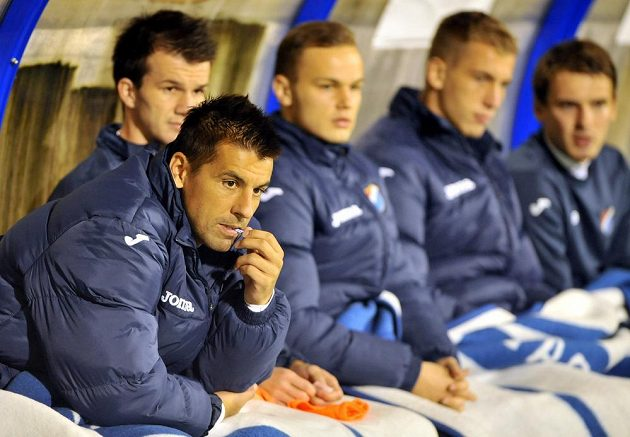 Útočník Baníku Milan Baroš (zcela vlevo) na lavičce v prvním poločase utkání s Jihlavou.