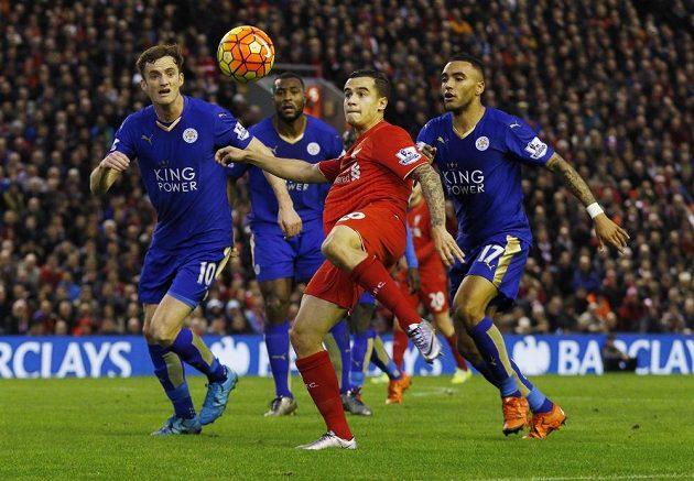 Philippe Coutinho z Liverpoolu (v červeném) odkopává balón v obležení hráčů Leicesteru.