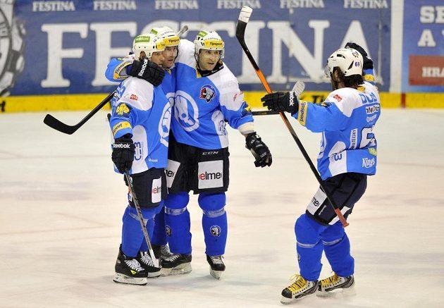 Plzeňští se radují z branky, kterou v prodloužení dal Tomáš Vlasák a zařídil tak vítězství na ledě Pardubic.