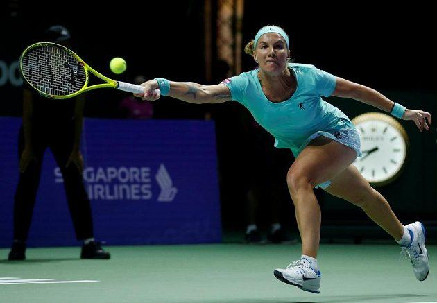 Ruská tenistka Světlana Kuzněcovová se natahuje po míčku v zápase s Karolínou Plíškovou.