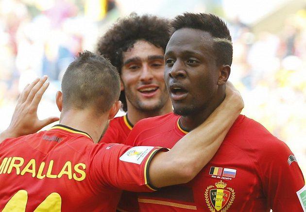 Belgičtí fotbalisté Kevin Mirallas a Marouane Fellaini se radují s útočníkem Divockem Origim z gólu proti Rusku.