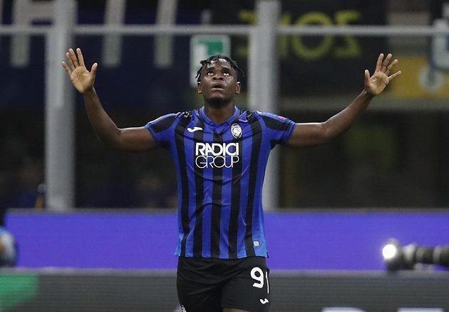 Fotbalista Atalanty Bergamo Duvan Zapata slaví gól v síti Šachtarz Doněck v utkání Ligy mistrů.