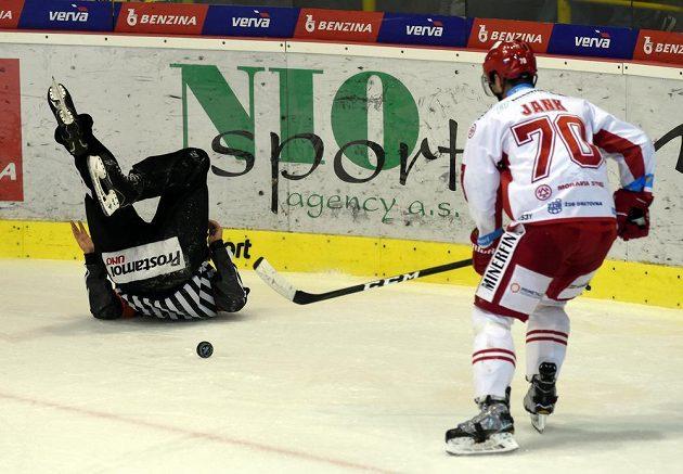 Hlavní rozhodčí Petr Úlehla se při utkání v Litvínově dostal do prekérní situace.