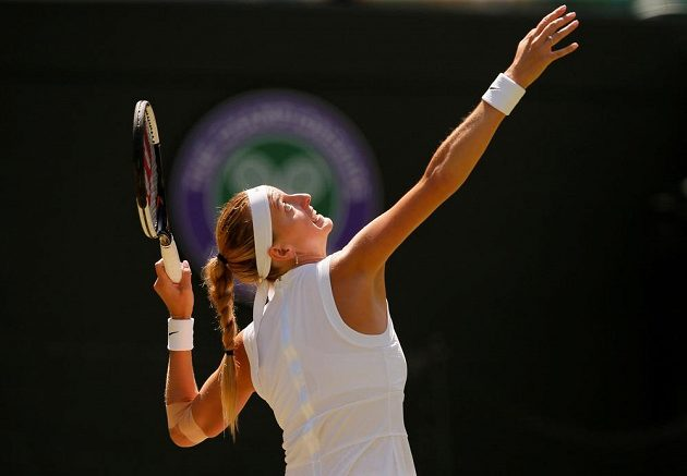 Česká tenistka Petra Kvitová v akci během druhého kola Wimbledonu.