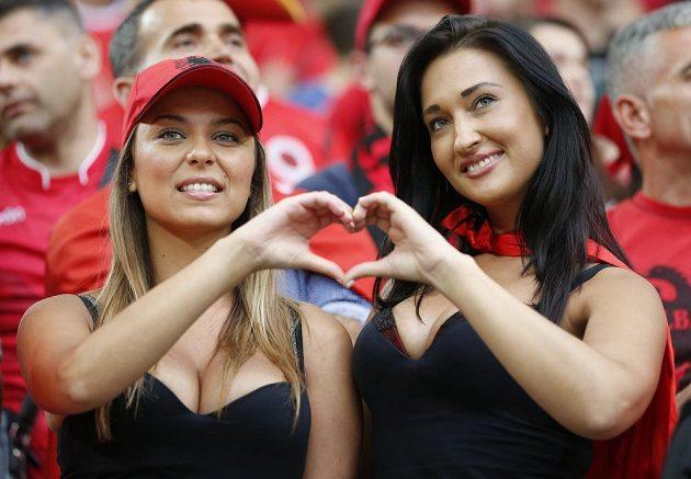Albánské fanynky zapózovaly fotografům během zápasu s domácí Francií.