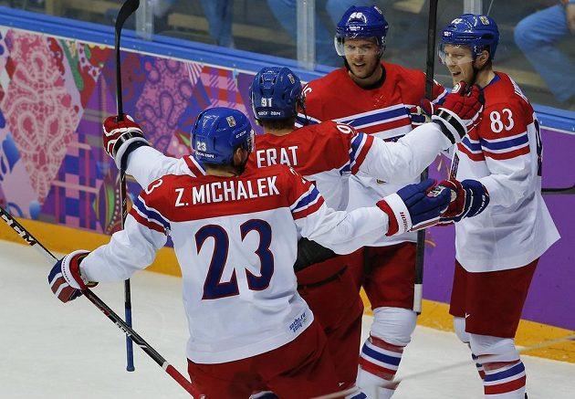 Čeští hokejisté slaví úvodní gól Martina Erata v souboji s Lotyšskem. Zcela vpravo útočník Aleš Hemský, vedle něj se raduje další forvard David Krejčí.