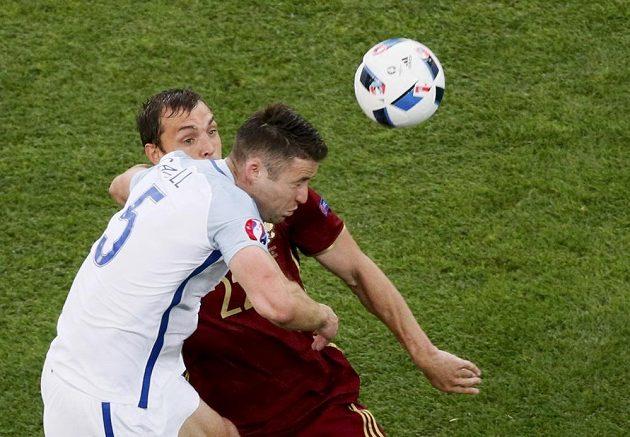Stoper Anglie Gary Cahill předskočil Arťoma Dzyubu z Ruska v zápase mistrovství Evropy.
