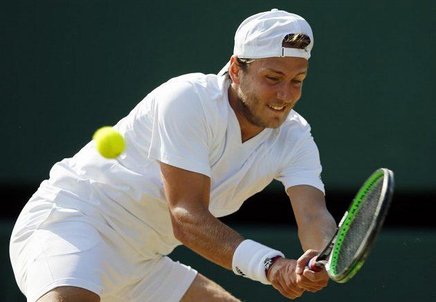 Francouz Lucas Pouille v zápase s Tomášem Berdychem ve čtvrtfinále Wimbledonu.