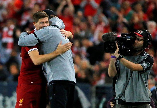 Steven Gerrard si padl do náruče s trenérem Jürgenem Kloppem.