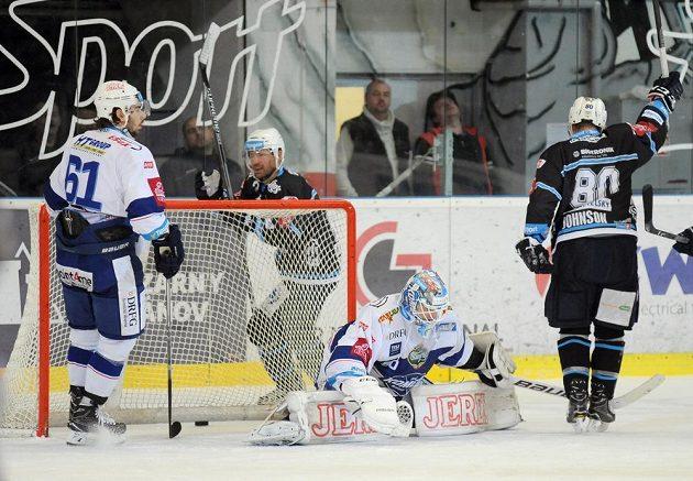 Brankář Karel Vejmelka z Brna dostává gól v závěru první třetiny v zápase s Plzní.
