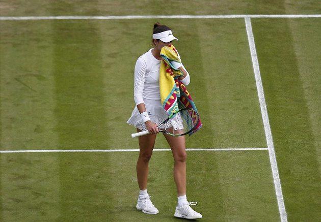 Španělka Garbině Muguruzaová během utkání se Slovenkou Janou Čepelovou.