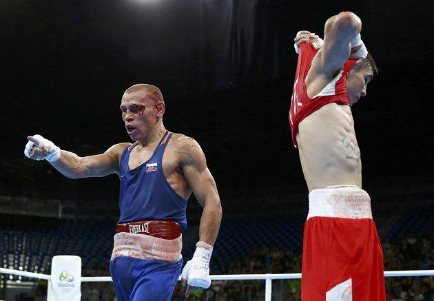 Ruský boxer Vladimir Nikitin (vlevo) a Ir Michael Conlan.