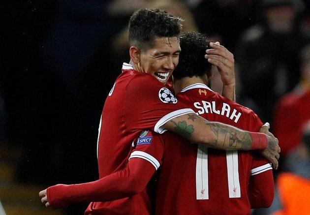 Dva dvougóloví střelci Liverpoolu. Roberto Firmino oslavuje svoji trefu s Mohamedem Salahem.