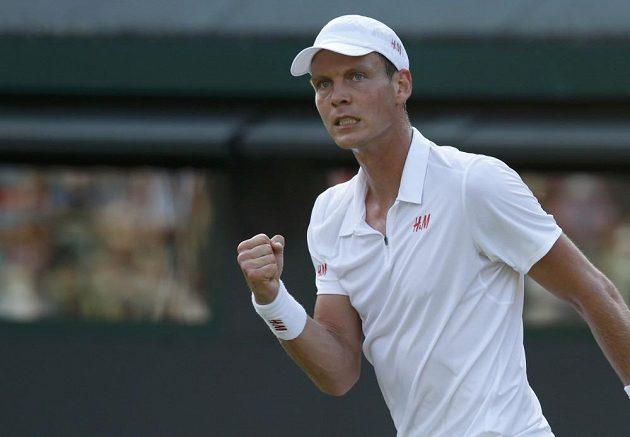 Tomáš Berdych se raduje ze zisku první sady v osmifinále Wimbledonu.