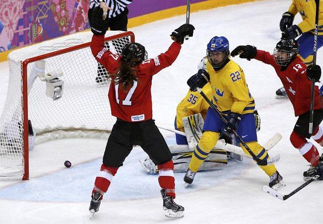 Švýcarka Jessica Lutzová (vlevo) slaví svůj gól proti Švédkám v utkání o bronz na ZOH v Soči.