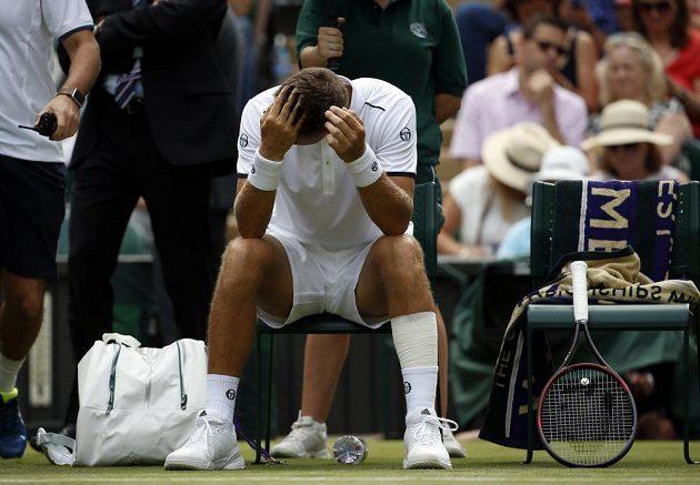 Zdrcený Martin Kližan. Zápas proti Novaku Djokovičovi musel slovenský tenista kvůli zdravotním potížím skrečovat.