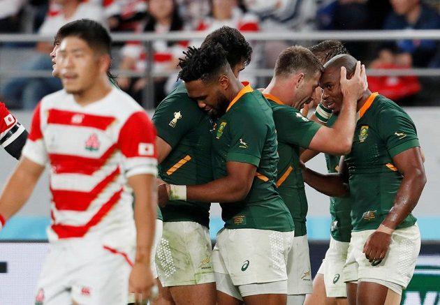 Jihoafričtí ragbisté se radují během utkání s domácím Japonskem.
