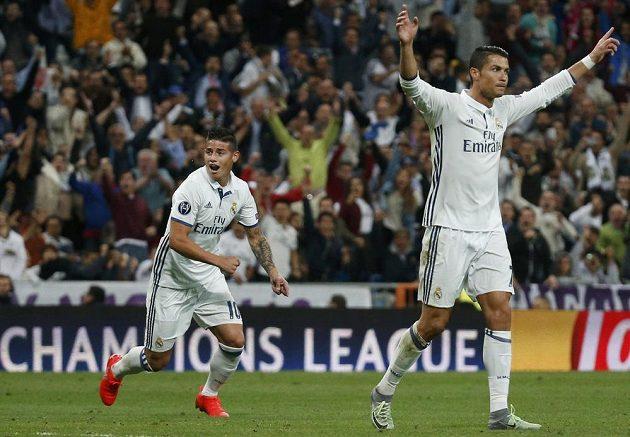 """Cristiano Ronaldo (vpravo) a James Rodriguez """"slaví"""" gól portugalského záložníka proti Sportingu."""