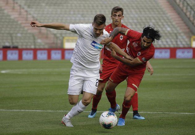 Fotbalista Royalu Antwerpy Lior Refaelov (vpravo) v souboji s plzeňským Lukášem Hejdou v utkání 3. předkola Evropské ligy.