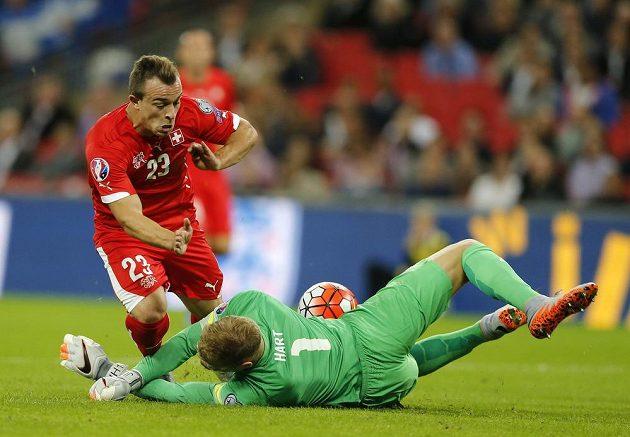 Anglický brankář Joe Hart zasahuje před Švýcarem Xherdanem Shaqirim.