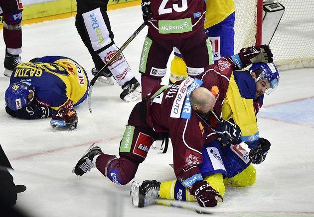 V hokejové bitvě mezi Spartou a Zlínem došlo na pěsti. Do bitky se zapojili také Daniel Gazda ze Zlína, Zach Sill ze Sparty a Michal Poletín ze Zlína.