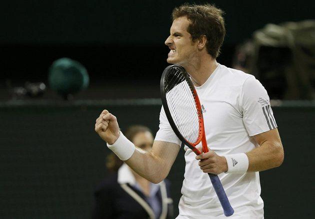 Andy Murray se raduje z postupu do finále Wimbledonu.