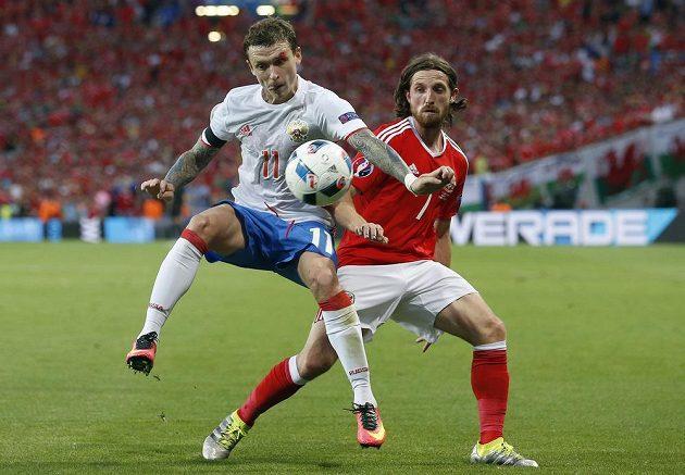 O míč bojují Rus Pavel Mamajev (vlevo) a Velšan Joe Allen.
