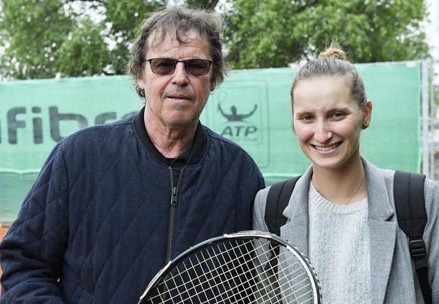 Tenistka Markéta Vondroušová, vítězka turnaje WTA v Bielu a fedcupová reprezentantka. Vlevo je trenér a bývalý československý profesionální tenista Jiří Hřebec.