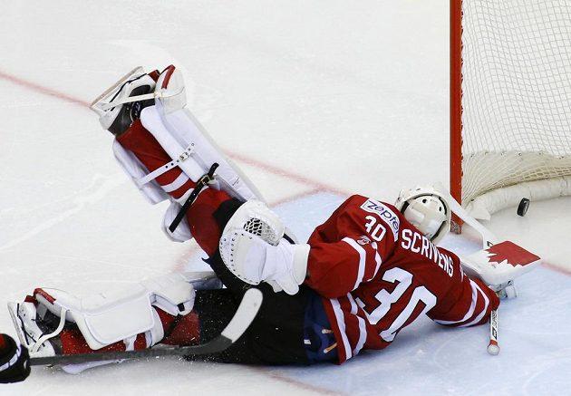 Kanadský gólman Ben Scrivens dostává ve čtvrtfinále druhý gól, jeho autorem byl Fin Juuso Hietanenen.