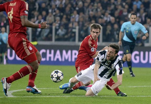 Claudio Marchisio z Juventusu (vpravo) padá po souboji s obráncem Bayernu Mnichov Philippem Lahmem (uprostřed).
