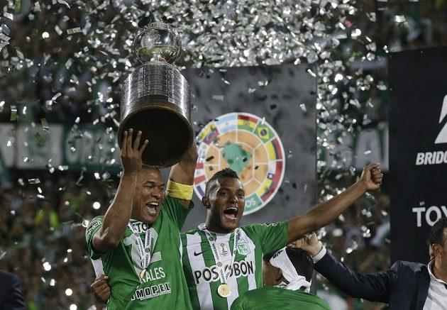 Alexis Henriquez (vlevo) a Miguel Borja z kolumbijského Atlétika už slaví.