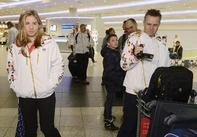 Ledecká (vlevo) odletěla i se svým otcem, zpěvákem Jankem Ledeckým,