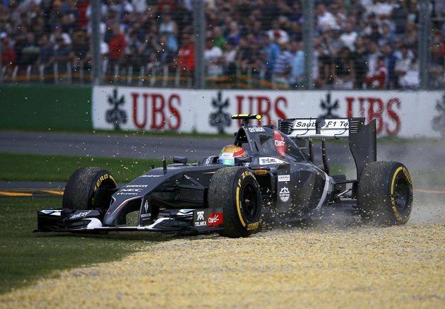 Esteban Gutiérrez ze stáje Sauber se ocitl během kvalifikace na VC Austrálie mimo trať.