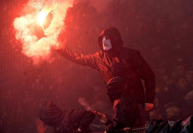Divočina v Hamburku. Fanoušci HSV se nemohli smířit se sestupem svého týmu a řádili. Krotit je musela policie.