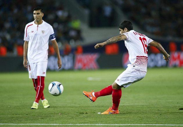 Záložník Sevilly Éver Banega střílí z přímého volného kopu gól proti Barceloně.