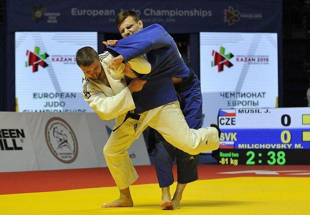 Český judista Jaromír Musil (vlevo) v souboji se Slovákem Matúšem Milichovským na mistrovství Evropy v Kazani.
