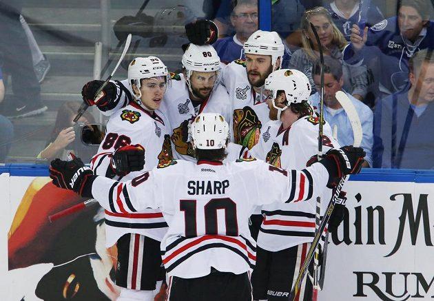 Radost hokejistů Chicaga po vítězném gólu v úvodním finále Stanley Cupu proti Tampě.