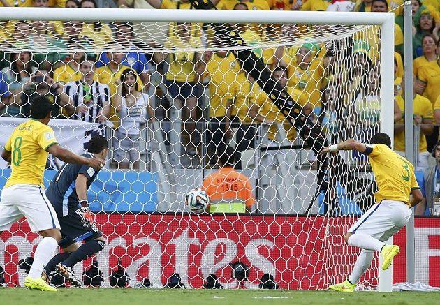 Nekrytý Thiago Silva využil toho, že se míč po Neymarově rohu dostal až k němu a usměrnil míč do sítě - 1:0 pro Brazílii. Kolumbijský brankář David Ospina už nemohl nic dělat.