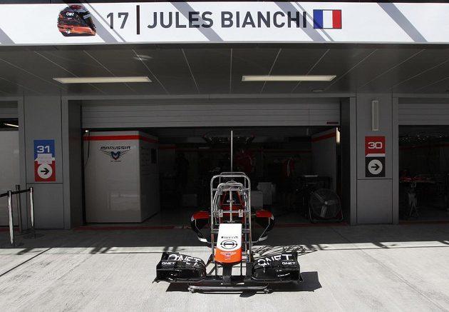Před garáží týmu Marussia jsou v Soči vystaveny části vozu vážně zraněného Julese Bianchiho.