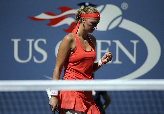 Petra Kvitová se povzbuzuje po jedné z výměn v zápase s Flavií Pennettaovou. Do semifinále US Open ale nakonec nepostoupila.