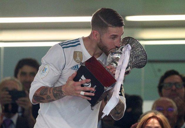 Opora Realu Madrid Sergio Ramos líbá trofej pro vítěze španělského Superpoháru.