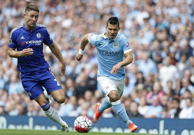 Sergio Agüero z Manchesteru City pořádně zaměstnával obranu Chelsea, na snímku ho střeží Gary Cahill.