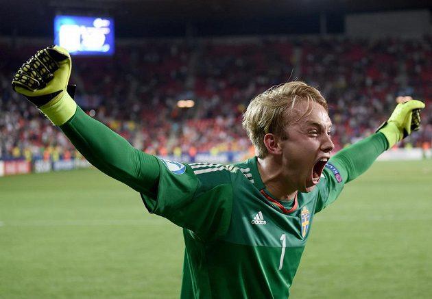 Švédský brankář Patrik Carlgren slaví vítězství ve finále ME hráčů do 21 let.
