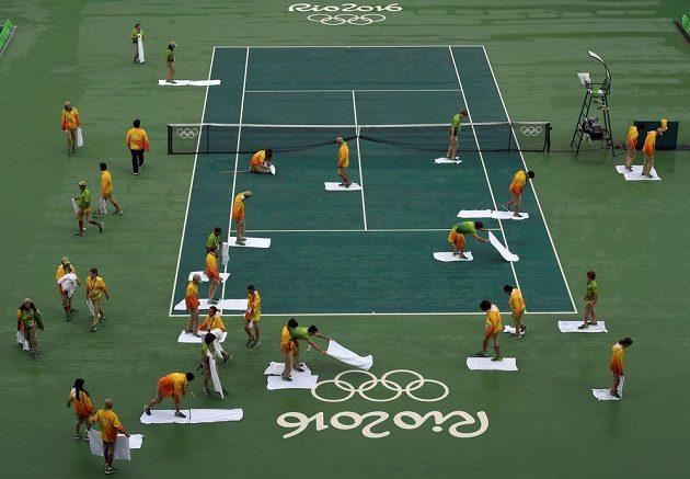 Vysoušení kurtu v tenisovém areálu. Déšť byl velkým nepřítelem, program se protahoval.